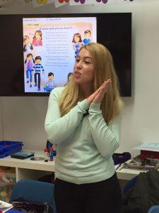 Miss Luisa enseñando a nuestros alumnos más jovenes