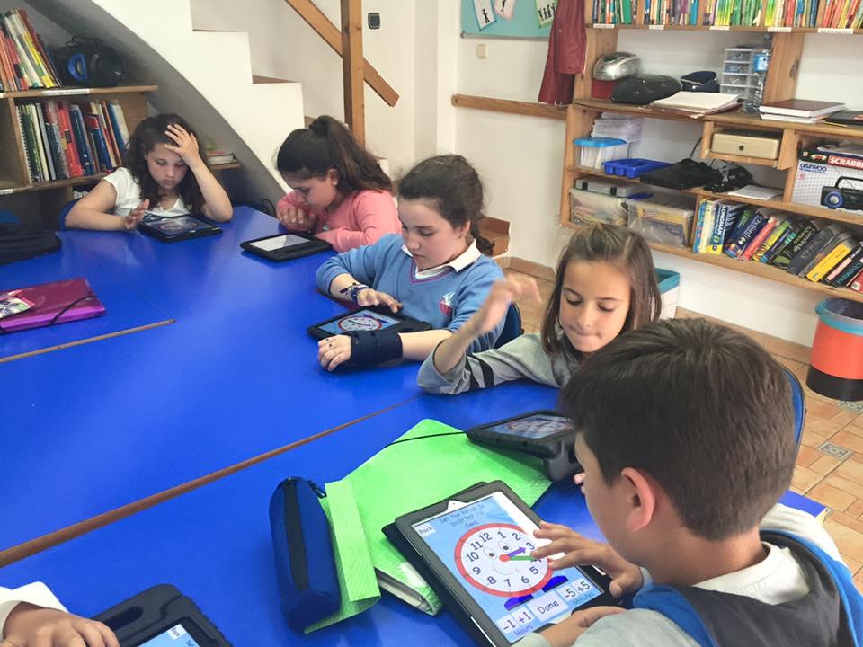 Un grupo de Young Learners aprendiendo coo decir la hora en inglés usando ipads.