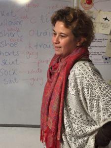 Miss Alison impartiendo vocabulario en el Marbella Study Centre