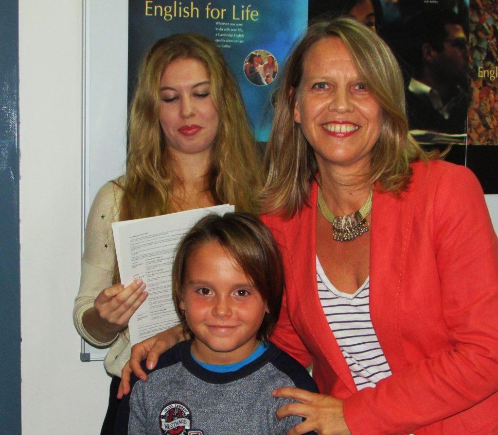 Srta Rebecca Hammond presentando los certificados de YLE a los alumnos de Miss Luisa