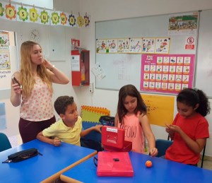 Alumnos de YLE Starters con Miss Luisa en una actividad contra reloj