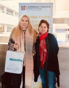 Miss Luisa y Miss Alison en una presentación por Cambridge English para profesores de inglés en Malaga
