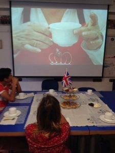 Tomando el té en un taller de costumbres ingleses