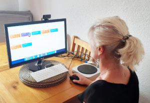Miss Caroline dando clases de inglés online a sus alumnos desde la casa durante el confinamiento.